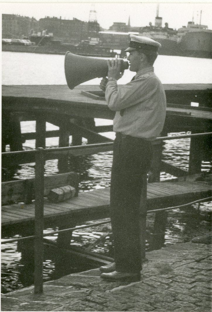 Skiv anråbes af tolder på Redmolen ved Toldvagt 15. Ca. 1960.