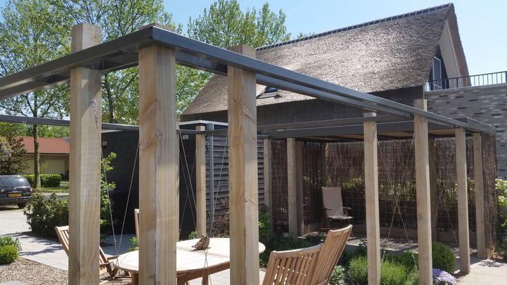 Moderne pergola van staal en hout in de tuin
