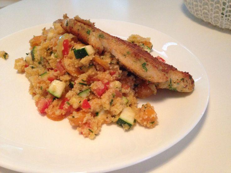 Couscous met worteltjes, ui, courgette, tomaat, en een gepaneerde tilapiafilet