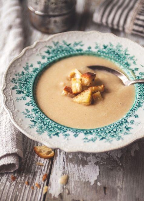 Potage aux oignons caramélisés & croûtons à l'ail