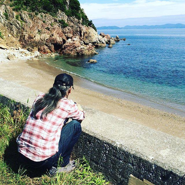最近すっかり外出が減っている我が家ですが、たまに近場の海を見に行きます。と、2年前の写真だよコレ(^◇^;) 涼しくなったら夫を誘おうっと。 佐伯の海は綺麗ですよ  #海 #プチお出かけ #coast #もと  #もとl #夫 #後ろ姿 fukudamotoko 2016/08/26 10:52:00