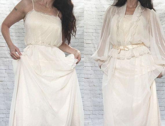 Dos piezas vintage de la década de 1970 en un ensueño hippie bohemio estilo de influencia Victoriana. Tela principal es pura crema amarillento como una gasa. Vestido tiene tirantes y bordado en la blusa ojal superior como pura moldura alrededor de la parte superior, la cintura y el dobladillo de la falda festoneado. Hay juego bordado en el dobladillo de la falda. El vestido está totalmente forrado en un nude durazno satinado. La cintura está equipada y hay una cremallera trasera. La tapa de…