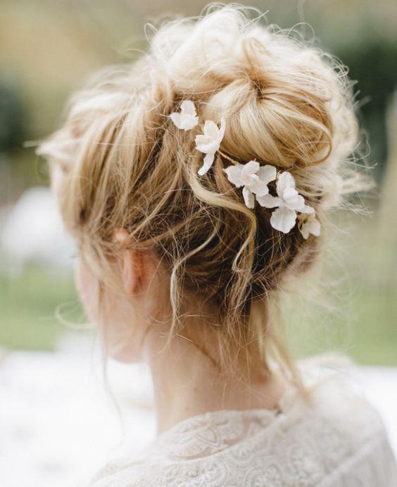Chignon haut flou style bohème Blog mariage Coiffure
