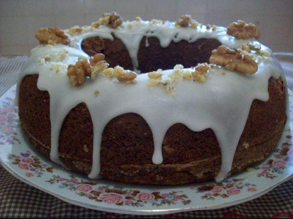 O Bolo de Nozes Fácil é tão simples que é batido à mão e fica simplesmente maravilhoso. Faça esse bolo de nozes para a sua família e receba muitos elogios!