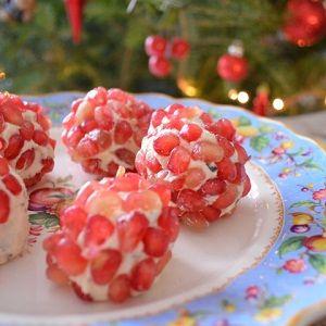 Ο food blogger, φτιάχνει γιορτινές τρούφες με κατσικίσιο τυρί και ρόδι.