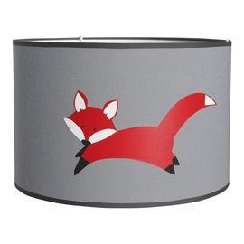 Lamp vos in grijs en rood. De lampenkap is uitgevoerd in grijze stof met op de voor- en achterzijde een vriendelijke rode vos. Verkrijgbaar in drie verschillende maten. Kinderlamp vossen vosje kinderkamer babykamer