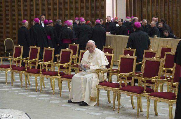 Papież Franciszek podczas specjalnej mszy świętej spotkał się z pracownikami Kurii Rzymskiej. Na fotografii z uroczystości widać, jak siedzi samotnie w pierwszym rzędzie, podczas gdy większość biskupów stoi odwrócona do niego plecami.
