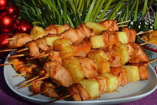 Куриный шашлык с ананасом на гриле  Сегодня представляем вам рецепт вкусного шашлыка – приготовленного необычным способом. Сочетание курицы и ананаса для многих уже привычное, а приготовленные на гриле они будут очень ароматными и нежными.  Рецепты для барбекю и гриль в блоге «Сага Камины»: http://www.saga.ru/blog