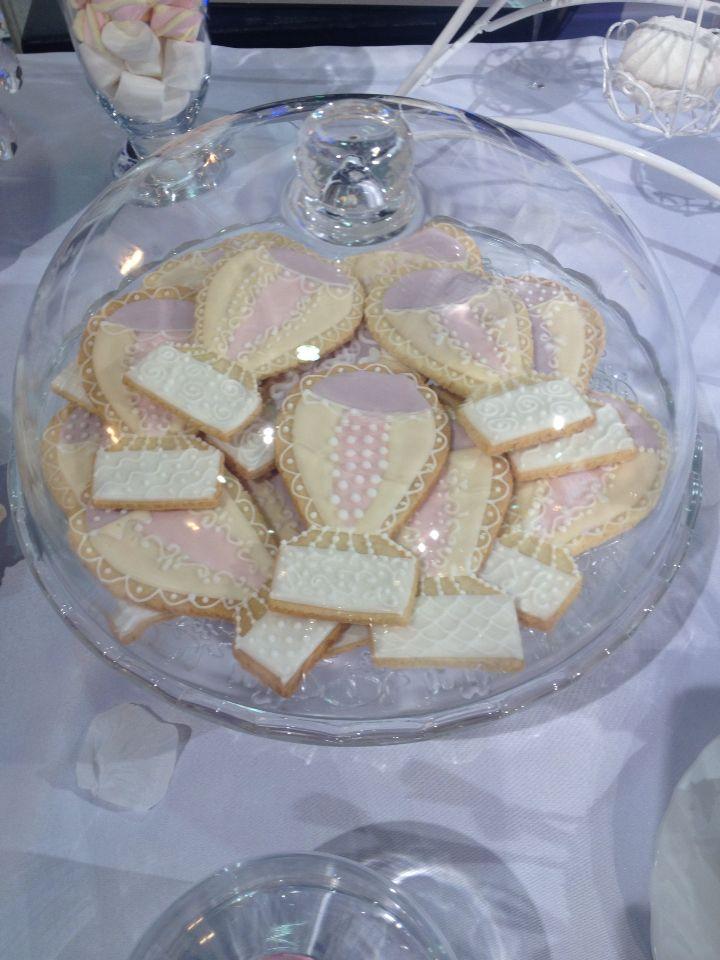 Расписные печеньки в виде воздушных шаров на столе кендибара