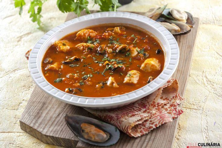 A sopinha de peixe está a sair <3 Para enriquecer ainda mais a sua sopa, poderá adicionar 100 g de macarronete. ;)  https://www.teleculinaria.pt/receitas/sopas/sopa-de-peixe-2/?utm_content=buffer58760&utm_medium=social&utm_source=pinterest.com&utm_campaign=buffer