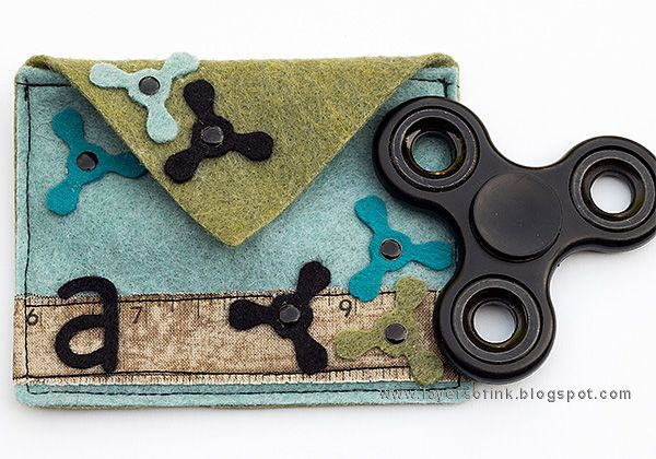 Layers of ink - Fidget Spinner Bag Tutorial by Anna-Karin. Quick and simple fidget spinner bag made from felt and Sizzix dies by Eileen Hull.