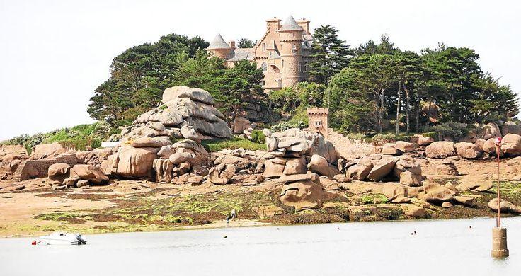 Situé à Trégastel, sur l'îlot de Costaérès, le château n'est toujours pas à vendre.