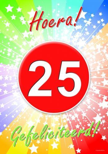 25 jaar deurposter A2 formaat 59 x 42 cm. Deurposter 25 jaar met de tekst: Hoera gefeliciteerd. Deze poster kunt u op het raam of op de deur hangen.