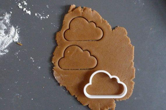 Emporte-pièce en forme de nuage. Peut être utilisé pour les cookies, de fondant et de fromage. Autres utilisations possible ainsi, dites-moi ! Le