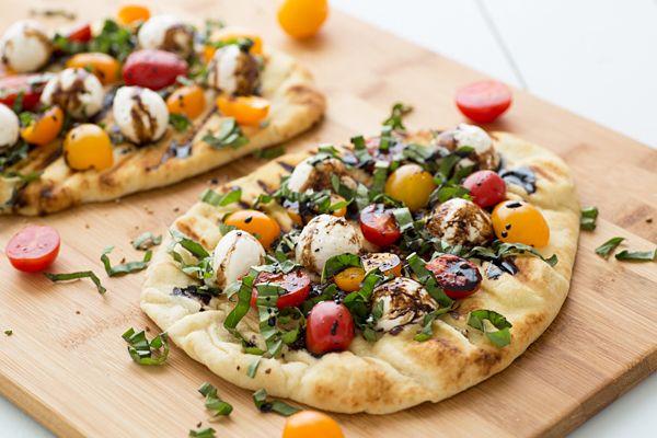 Caprese pizza met naanbrood || balsamico azijn, naanbrood, olijfolie, cherrytomaatjes of druiven, tomaten, mozarrella of mozarella ballen, verse basilicum, zout en peper