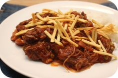 Op dit eetdagboek kookblog : Indische Hachee - Ingrediënten: 600 gram magere runderlappen, zout, peper, 3 teentjes knoflook, 2 uien, 2 theelepels sambal, 250 gram champignons, scheutje azijn, 1 blik tom