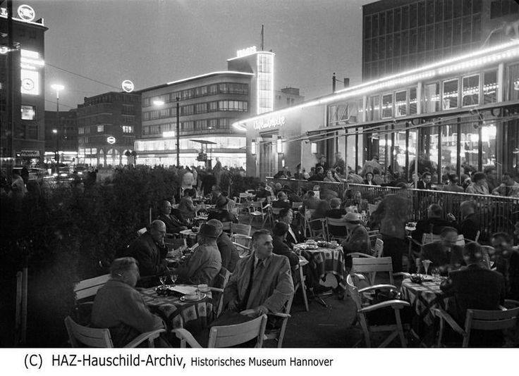 """12.02.1957: Bahnhofstraße und Kröpcke in der abendlichen Dunkelheit. Von wegen """"In Hannover sitzt man nicht im Straßencafé."""""""
