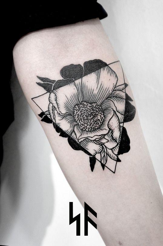 Blackwork tattoo flores