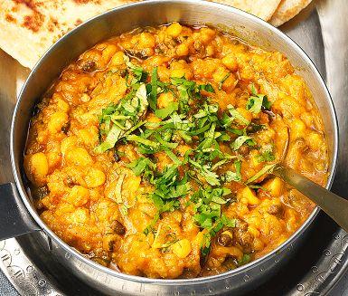 Den här underbara vegetariska linsgrytan är ett måste på många indiska restaurangers meny. En matig och smakrik rätt med röda linser, färsk ingefära, spiskummin och fänkålsfrön. Mungbönorna är goda men inte oumbärliga, ersätt med linser om du vill.
