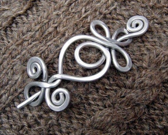 Celtic boucle et spirale foulard broche, Hair Pin - fil d'aluminium de poids léger - accessoires celtiques, fermeture, broche, broche châle, tricot
