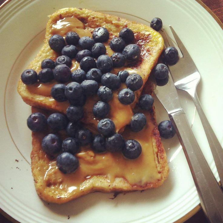 Slik lager du perfekte arme riddere - French toast, også kalt arme riddere, er brød som har trukket i egg og melk før det stekes i stekepanne. Det er lurt å bruke et dag-gammelt brød, gjerne loff, for å få den perfekte konsistensen uten at det begynner å smuldre. Du vil ha stekeskorpe på begge sidene og gjerne en litt saftig bit på midten. French toast serveres ofte til frokost med klassikeren smør og sirup eller bær, men kan gjerne nytes til alle døgnets tider. Min favoritt er french toast…
