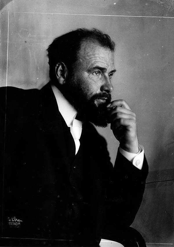 Gustav Klimt, by Madame d'Ora | Gustav Klimt (Baumgarten, 14 de julio de 1862 – Alsergrund, 6 de febrero de 1918) fue un pintor simbolista austríaco, y uno de los más conspicuos representantes del movimiento modernista de la secesión vienesa. Klimt pintó lienzos y murales con un estilo personal muy ornamentado, que también manifestó a través de objetos de artesanía.
