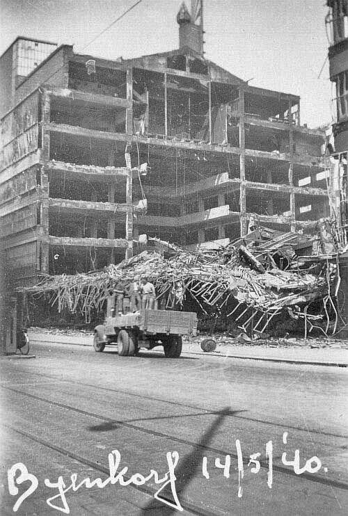 Calandplein: Bijenkorf, na het bombardement.