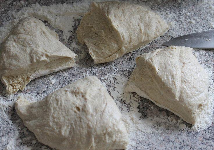 Opskrift på pizza bund: Om morgenen foldes dejen et par gange og stilles herefter i køleskabet. Om eftermiddagen tages dejen ud og deles i 4 med en skarp kniv. Fold hjørnerne ind under hinanden så dej klumpen bliver rund. Put viskestykke over og lad dem hæve i to timer. En time inden de er færdige med at hæve, anbefaler vi at tænde ovnen på 275 eller 300 grader og sætte pizzastenen ind. Så er du sikker på at ovn og pizzasten er gennemvarm når du skal til at bage.