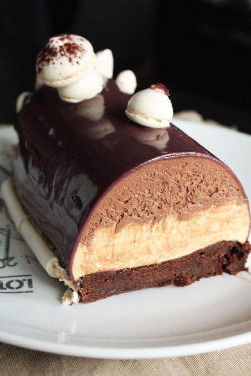 Brownie chocolat aux cristaux de sel, mousse caramel à la fleur de sel, mousse au chocolat, crèmeux vanille, glacage miroir