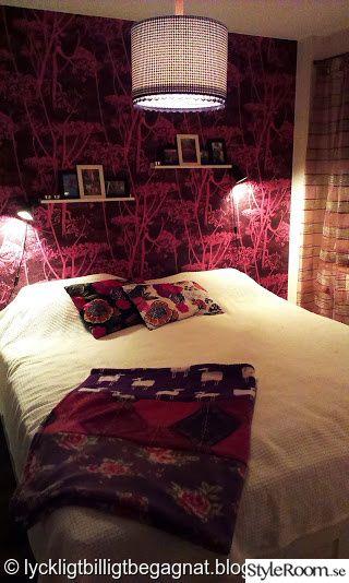 dubbelsäng,överkast,hemmasydd pläd,tavellister,mönster,rosa,lila,rosa tapet,blommiga kuddar,sovrum,romanticsweden.se