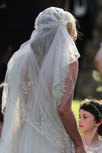 Les 89 meilleures images propos de les coiffures for Robe de mariage de kate moss tomber