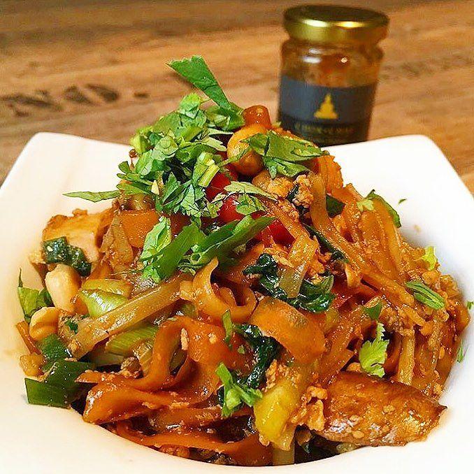 PAD THAI  eines der leckersten thailändischen Nationalgerichte überhaupt hat sich die liebe @meleini.hh wieder gegönnt!  Reisbandnudeln mit Hühnchen sonstigem beliebigen Gemüse Erdnüsse Limette und traditionell wird es noch mit Sojasprossen und Frühlingszwiebel serviert  .  Das Rezept zum Pad Thai und die Pad Thai Paste findest du auf unserer Homepage www.chok-chai.at - der Link steht in der Bio @chokchai.thai.cuisine  .   Versandkostenfrei ab 49  Versand 1-3 Werktage  14 Tage…