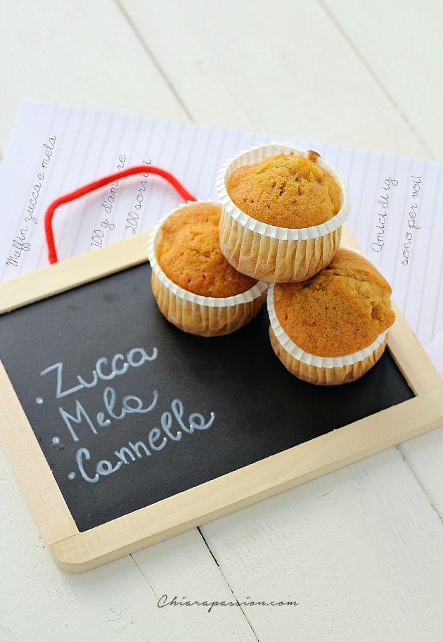 Muffin alla zucca e mela un dolcetto sano e super morbido che piace anche a chi non ama la zucca. Il sapore ricorda un po' quello delle camille ma al posto delle carote c'è la purea di zucca che dona oltre il bel colore solare un'estrema morbidezza all'impasto.    Sono adatti per tutte le occa