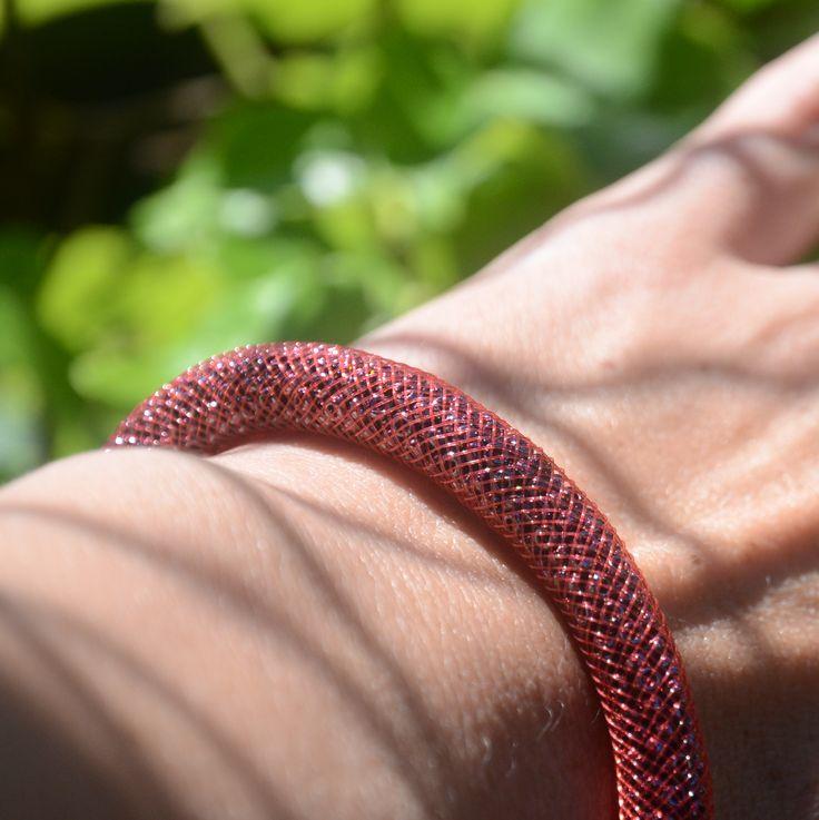 Dutinkový náramek s magnetickým zapínáním je plněn rokajlem značky Preciosa. Na www.prochazkastylem.cz náramek, magnetické zapínání, rokajl, Preciosa