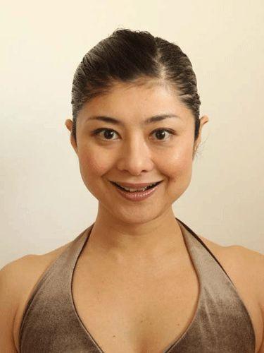 Поднимаем щеки по-японски от Mamada Yoshiko (TaКeiko)  Шаг 1 перекликается со знакомым любителям лицевой гимнастики «Суперупражнением». Широко открыть (распахнуть) глаза, следя, чтобы нижние веки не морщились и создать искусственную улыбку, поднимая углы рта вверх и в стороны так, чтобы обнажились примерно 8 верхних центральных зубов. Задержаться в этом положении на 5 секунд.