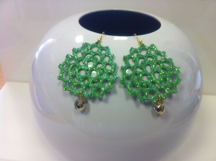 orecchini all'uncinetto .Dipnti a mano nei doni del verde,con glitter dorati e vetrificati.Pendente perla dorata