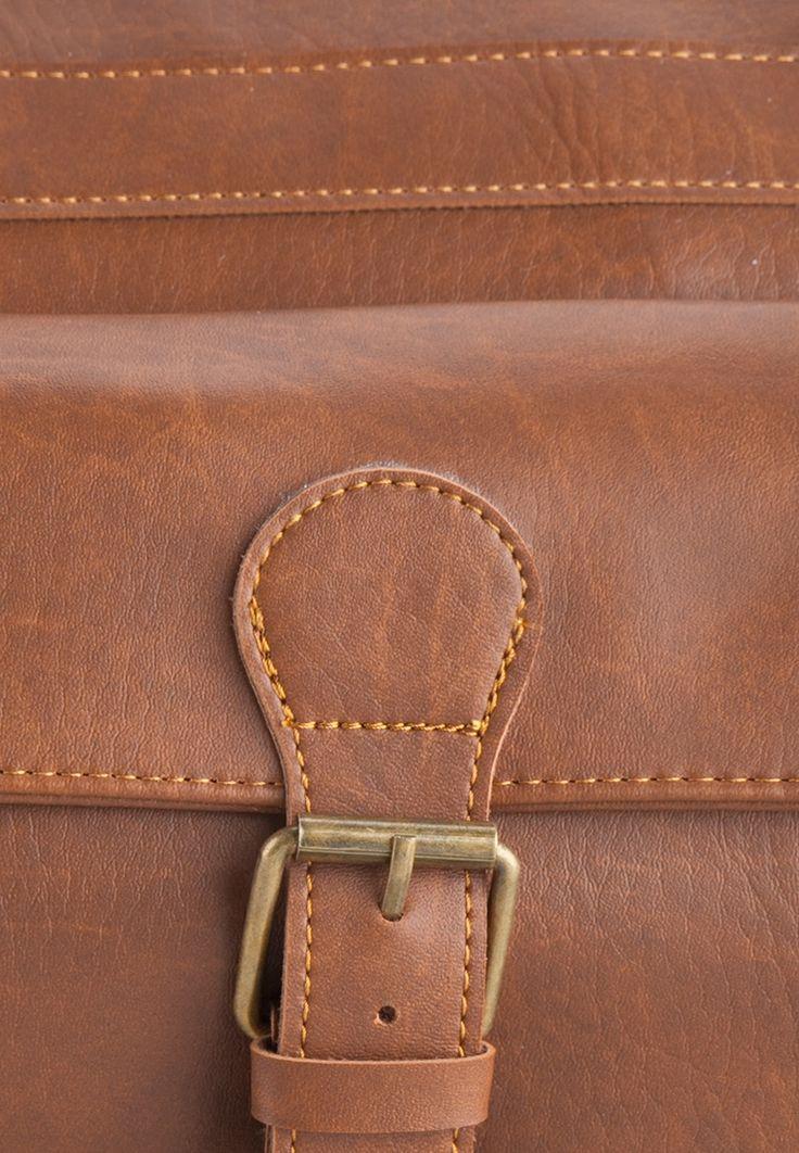 Túi du lịch NAPO được làm từ chất liệu simili giả da không bong tróc hay gãy dộp. Túi xách kích thước lớn nên phù hợp với những chuyến đi xa và mang theo nhiều đồ đạc,..Túi da du lịch NaPo gồm có 1 túi hộp trang trí phía trước, miệng có nắp đậy với khóa gài kim loại, 2 túi hộp 2 bên hông, 1 túi ngang ẩn, có khóa kéo phía sau,Túi có 1 ngăn lớn chính, Có 1 ngăn khóa kéo, 2 ngăn nhỏ bên trong. Có quai xách tay và dây đeo vai.