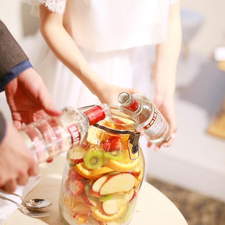 ・ #weddingreport #果実酒作り ・ 詳細お待たせしました♡ ・ わたしたちは確か8リットルのジャーを使用しました。テーブルは13卓です ちなみにガラスジャーは、蛇口みたいなのがついてるドリンクジャーだと漏れることがあると聞いてたので、普通のにしました。 ・ スミノフ 750mlを2本 りんご4個、いちご1パック、オレンジ3個、キウイ3個 氷砂糖 一袋 これらを式場で切ってもらい、卓数に合うようにセッティングいただきました。 ラズベリーも買ったけど入れ忘れた この量でかなりパンパンになりました。 割と大きめに切ったのもあるかもです。 ブロック状に切るのも可愛いけど、結構ジャーが大きいのでバランス的には見栄えよかったように思います♡ ・ このイベントのいいところは、 出来上がったらお家に飲みに来てねって先に繋げられるところ。 そこでまた結婚式での話をしたり写真を見たり... ちなみにいまはすっかり色が抜けてしまったフルーツたち。 煮詰めると色が戻り美味しいジャムが作れるそうなのでもう少ししたら取り出してジャム作る予定です✨ 煮詰めたら色が戻るなんて不思議! ・...