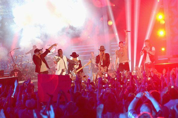 Luke Bryan Photos Photos - Luke Bryan, Jason Derulo, ZZ Top and Florida Georgia Line perform onstage at the 2014 CMT Music Awards at Bridgestone Arena on June 4, 2014 in Nashville, Tennessee. - 2014 CMT Music Awards - Show