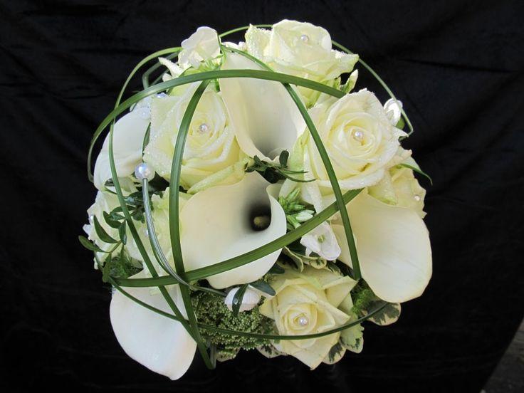 Brautstrauß in weiß, mit weißen Calla und Gräsern verziert