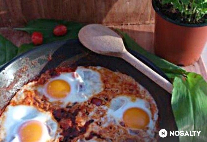 Buggyantott tojás paradicsomos mártásban