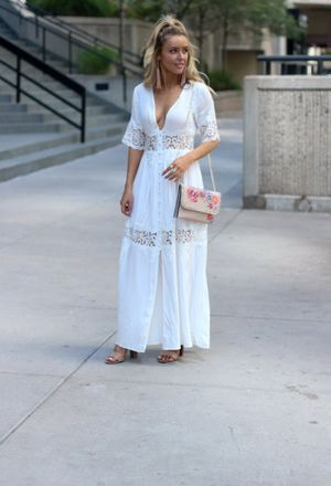 Outfit with light orange heels of Splendid, Topshop's jewelry, jewelry of the brand baublebar, clutches of the brand Topshop, and white dresses of the brand Shein