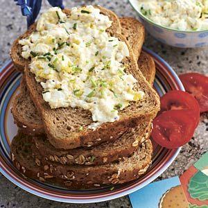 Sandwich eiersalade   ( ook lekker met gesnipperde radijsjes, augurkjes, selderijstengel. Estragon als extra kruid erdoor)