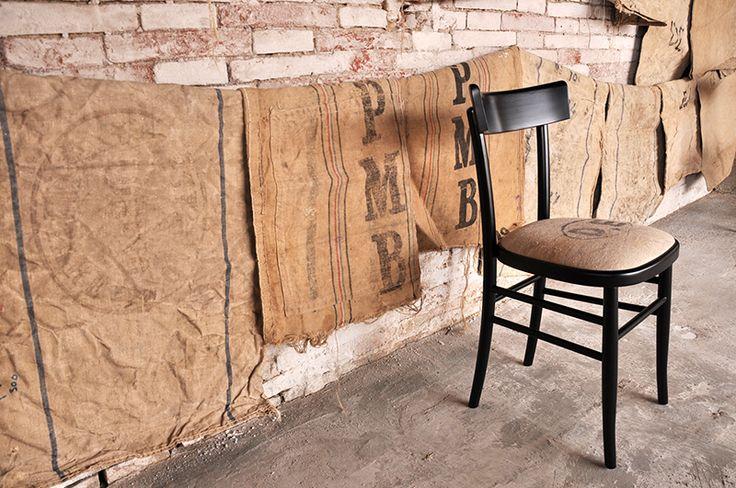 Interior design recupero la sedia milano in edizione limitata ha una struttura interamente in legno di faggio laccata nero lucido e la seduta imbottita con un particolare tessuto di vecchie balle militari. il tessuto SESTINI E CORTI