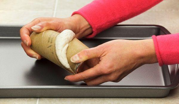 Ανοίγει μια έτοιμη ζύμη για μπισκότα και φτιάχνει κάτι απολαυστικά απροσδόκητο…