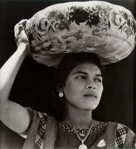 A recently republished book sorts out the life of Tina Modotti as an artist and activist — and the long shadow of Edward Weston. Woman from Tehuantepec carrying yecapixtle. Tina Modotti, Edward Weston, Diego Rivera, Black White Photos, Black And White Photography, Monochrome Photography, White Art, Matt Hardy, Pablo Neruda