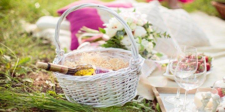 vinjournalen.se -  Vin & Mat : Ladda för en romantisk picknick med bästa maten & bästa vinet!    Nu vill man bara ha semester och komma ut naturen. Finns det något bättre än att äta lite god mat, dricka ett gott vin med allra bästa vännen och göra det på en härlig plats någonstans ute i naturen? Vill man ha en picknick på tu man hand så är det en utmaning att tänka romantiskt. Det är... https://wp.me/p73gTR-3M6