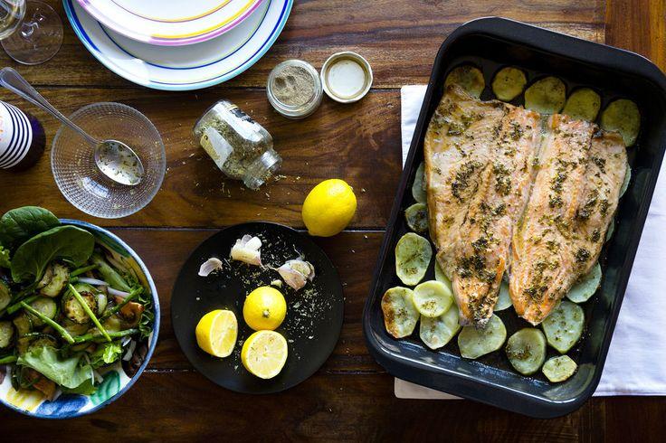 Receta para un día triste, lluvioso y gris. Trucha al horno con limón y orégano. Con su imprescindible cama de patatas y una salsa divina.