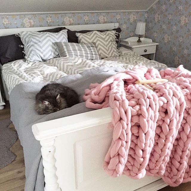 Ny filt på stickorna. #sticka #knitting #sibiriskkatt #sovrum
