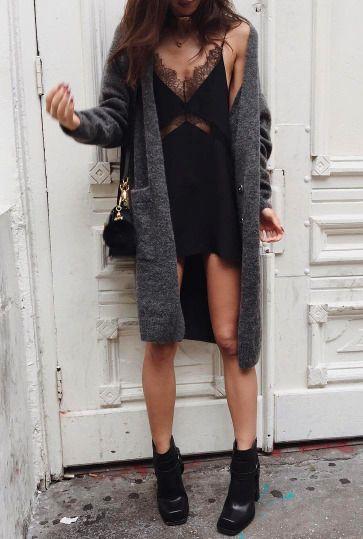 Slip dress + cardigan: look perfeito para o inverno. Arremate com uma ankle boot!
